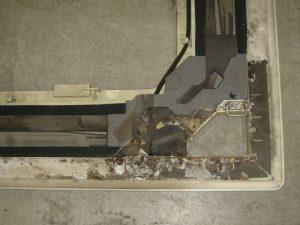 エアコンパネル裏側のゴミ
